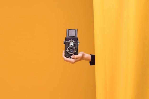 黄色のシーンでビデオカメラで撮影の少年 無料写真