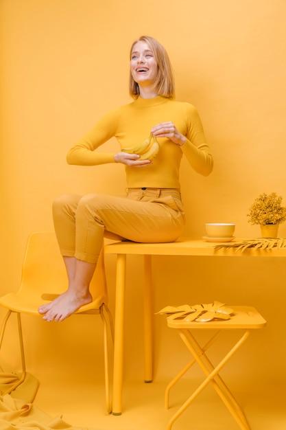 Портрет женщины в желтой сцене Бесплатные Фотографии