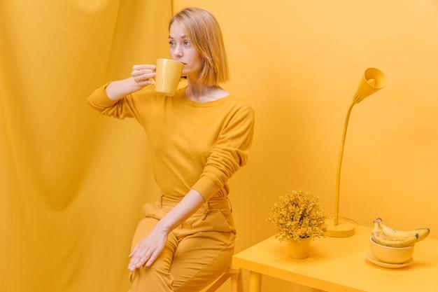 Современная женщина пьет из кружки Бесплатные Фотографии