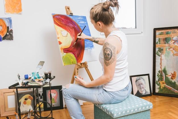 ワークショップで絵を描く画家 無料写真
