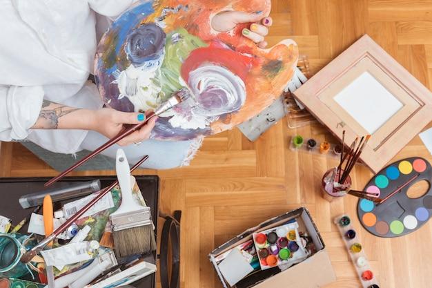 アーティストのパレットに染料を混合 無料写真