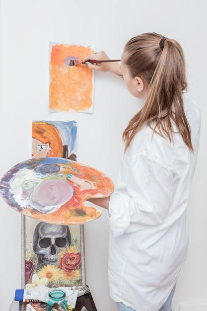 スタジオで絵を扱う画家 無料写真