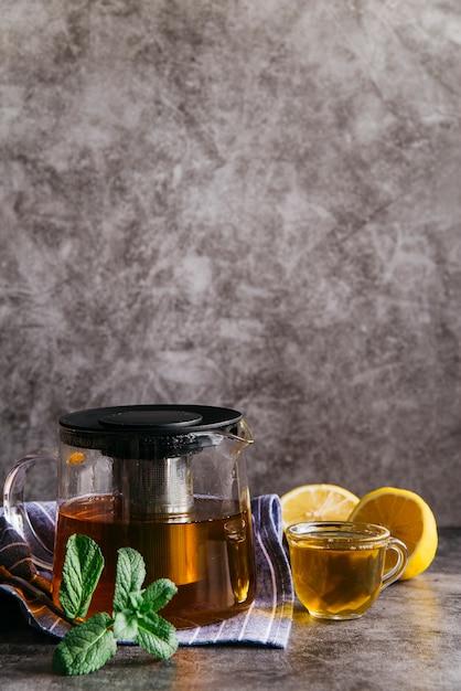 Травяной чай с лимоном и мятой в прозрачной стеклянной чашке и чайнике Бесплатные Фотографии
