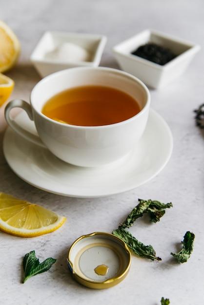 レモンとミントのハーブティーカップ 無料写真