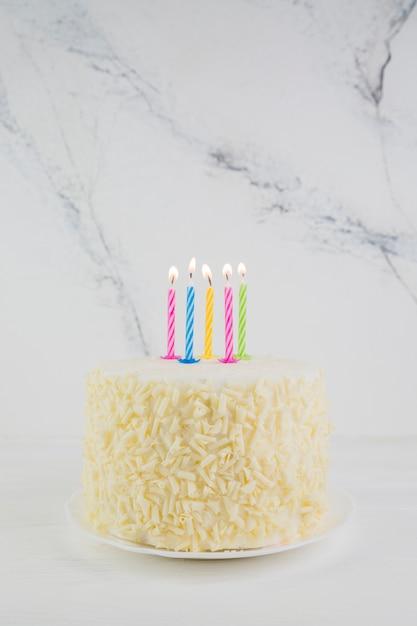 おいしいバースデーケーキのある静物 無料写真