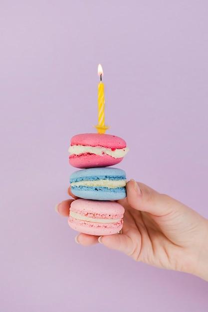 誕生日の概念のためのマカロンを持っている手 無料写真