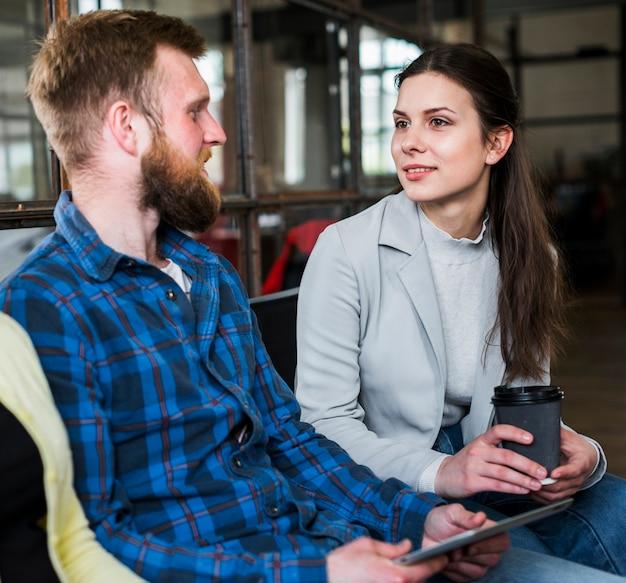 Молодые работницы, имеющие разговор в перерыве Бесплатные Фотографии