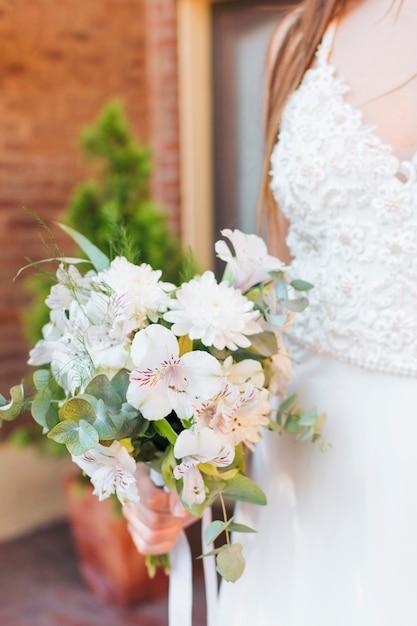 白い花の花束を持って新婚花嫁 無料写真
