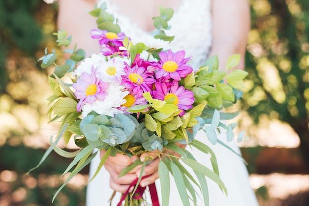 カラフルな花の花束を持って花嫁のクローズアップ 無料写真