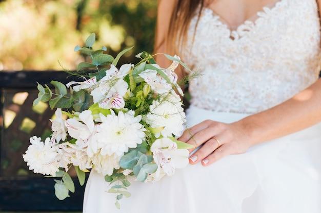 花の花束を手で押し花嫁のクローズアップ 無料写真