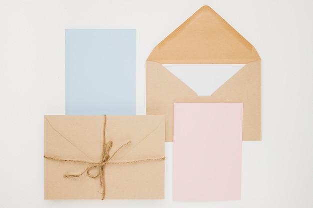 Концепция приглашения свадьбы канцелярских товаров в плоской планировке Бесплатные Фотографии