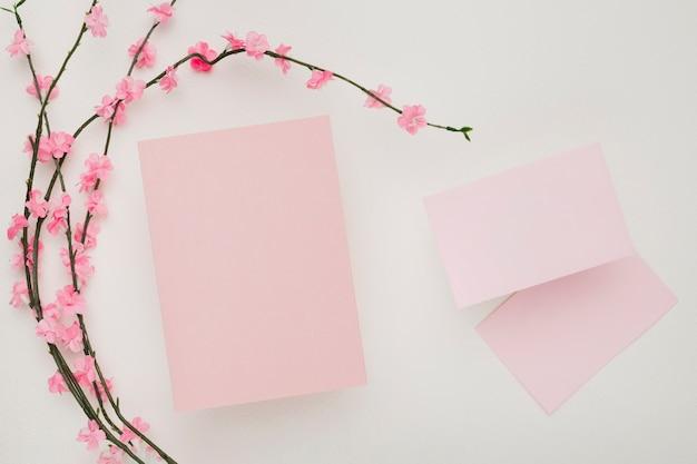 美しい結婚式の招待状カードのテンプレート 無料写真