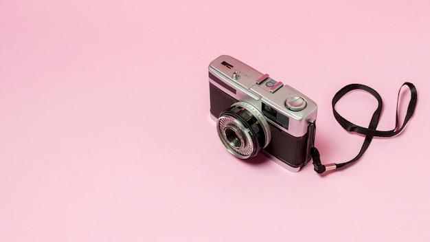 ピンクの背景にレトロなスタイルのカメラ 無料写真