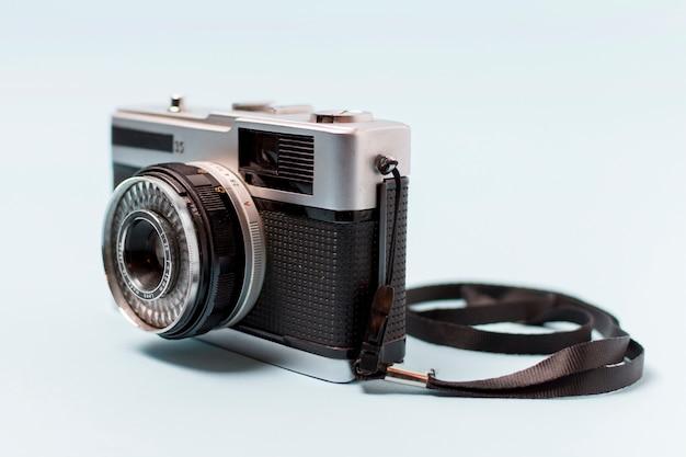 白い背景で隔離のレンズを持つビンテージカメラ 無料写真