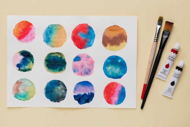 Организация абстрактного круга живописи; кисть и малярный тюбик Бесплатные Фотографии