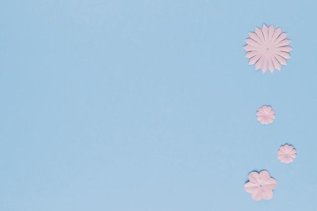 コピースペースの背景を持つ花の切り欠きの異なる形状 無料写真