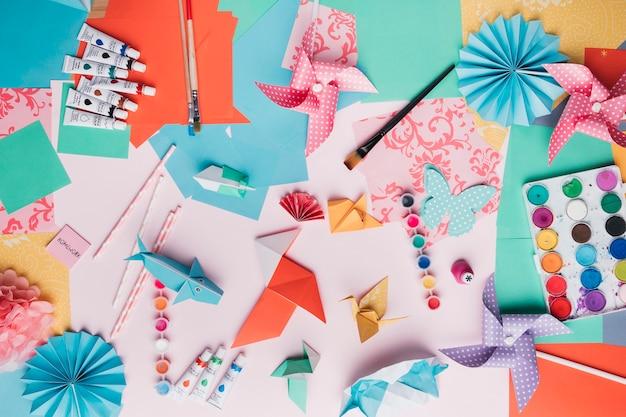 折り紙クラフトの平面図。ペイントチューブ絵筆;わらと色紙 無料写真