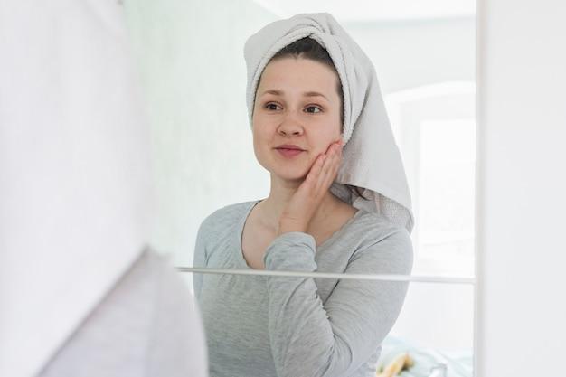 浴室の鏡の前の女性 無料写真
