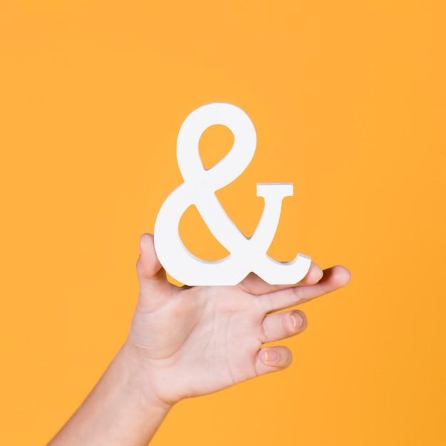 女性の手を保持&黄色の背景に署名 無料写真
