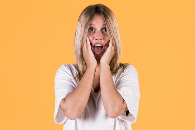 Портрет удивленной глухой женщины перед цветным фоном Бесплатные Фотографии