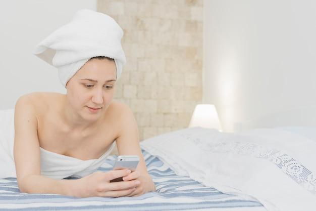 девушка фото после душа в постель короткой юбочке черно-белых
