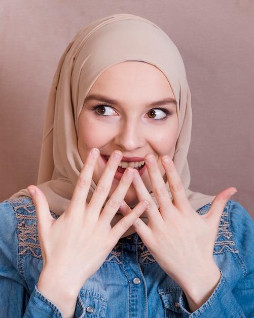 ヒジャーブの驚く美しい笑顔の女性 無料写真