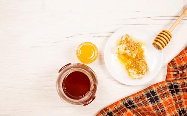 ハニカムと蜂蜜の瓶の高角度のビュー 無料写真