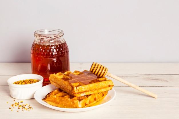木製のテーブルに蜂の花粉で健康的な朝の朝食 無料写真