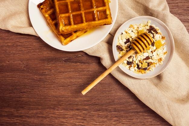 木製の表面に健康的な朝食の立面図 無料写真