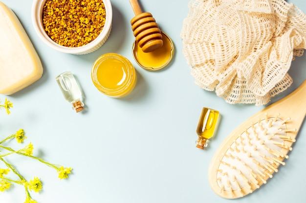 Свежий цветок со спа-продуктом и люфой на цветном фоне Бесплатные Фотографии
