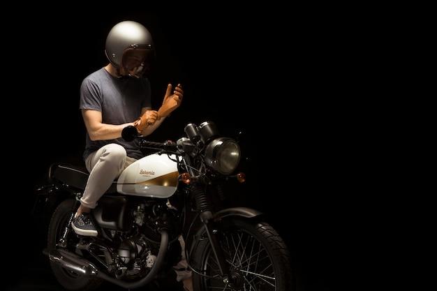 カフェレーサースタイルのバイクの男 無料写真