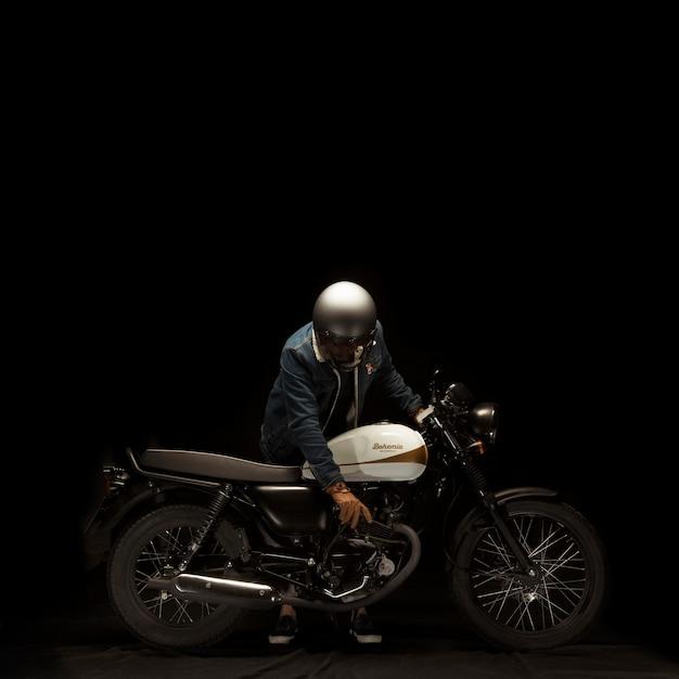 Человек на мотоцикле в стиле гонщик кафе Бесплатные Фотографии