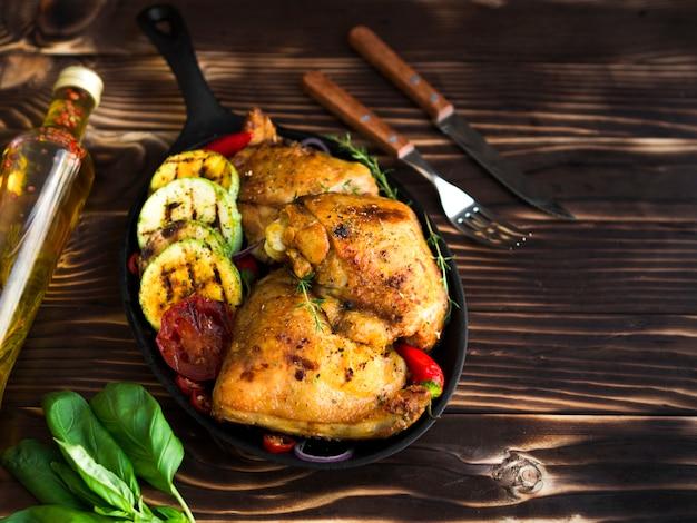 鶏胸肉のグリル野菜添え 無料写真