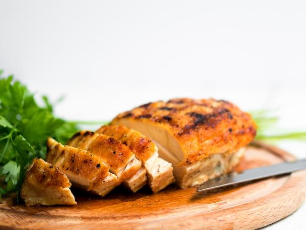 鶏胸肉のグリル、パセリ 無料写真