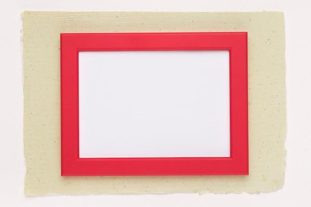 白い背景の上の紙の上の赤い枠 無料写真