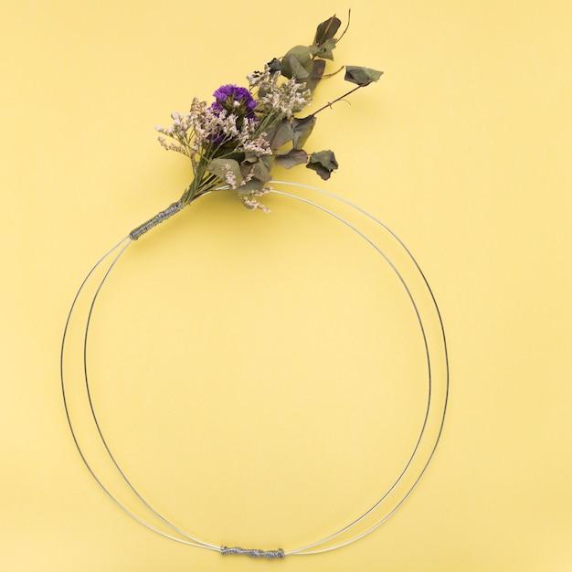 Букет цветов на пустом металлическом кольце на желтом фоне Бесплатные Фотографии