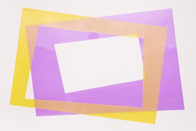 白い背景に分離された黄色と紫の枠 無料写真