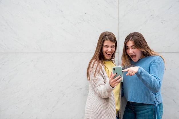 壁の前で二人の女の子の肖像画 無料写真
