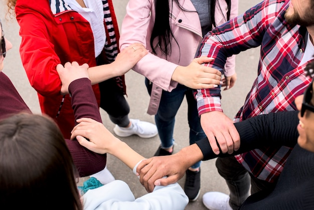 通りに立っているお互い手を取り合ってダイバー友達の立面図 無料写真