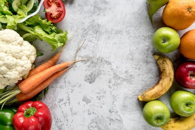新鮮な健康的な野菜や果物をコンクリートの背景 無料写真