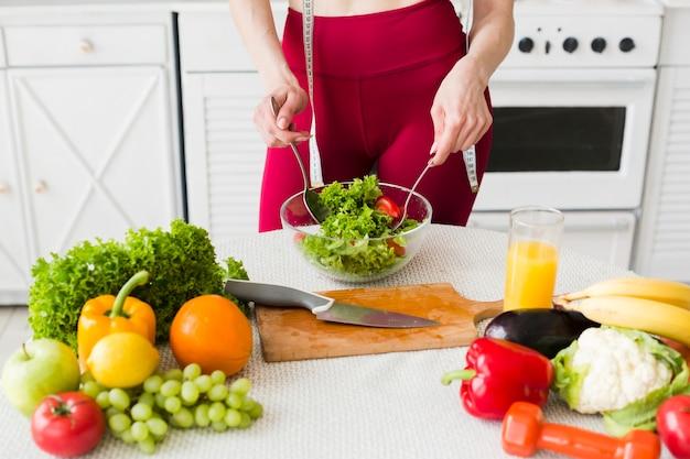 台所でスポーティな女性とダイエットの概念 無料写真