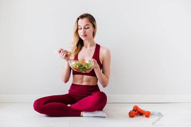 スポーツ女性と健康食品の食事療法の概念 無料写真