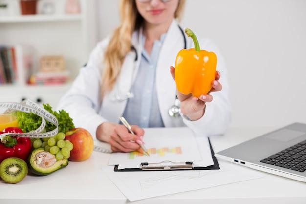 女性科学者と健康食品の食事概念 無料写真