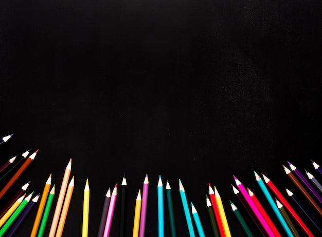 黒の背景の下に散在する鮮やかな色鉛筆 無料写真