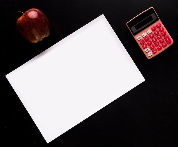 黒い机の上の紙とモックアップ 無料写真