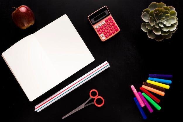 黒いテーブルの上の学校のツール 無料写真