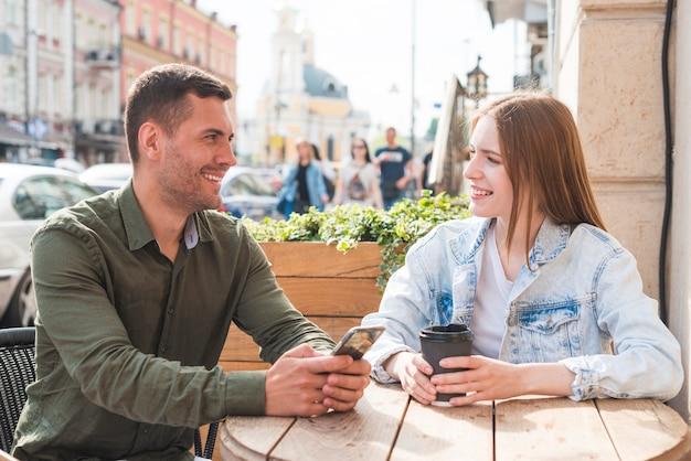 カフェでロマンチックなデートを持っている幸せな若いカップル 無料写真