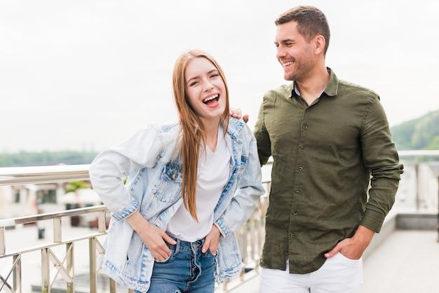 Портрет молодой пары на улице Бесплатные Фотографии