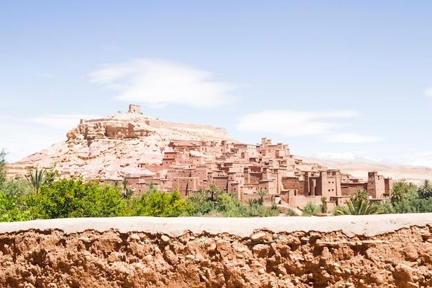 砂漠の風景の中の古代都市の要塞 無料写真