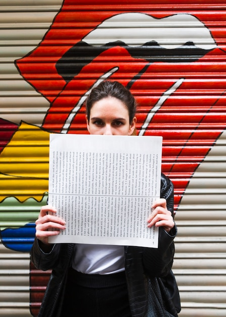 Женщина закрыла лицо бумагой Бесплатные Фотографии